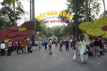 Hàng nghìn người đang nô nức du xuân tại Hội Hoa Xuân tại công viên Tao Đàn vào chiều mùng 3 Tết Kỷ Hợi. Ảnh: Trường Sơn