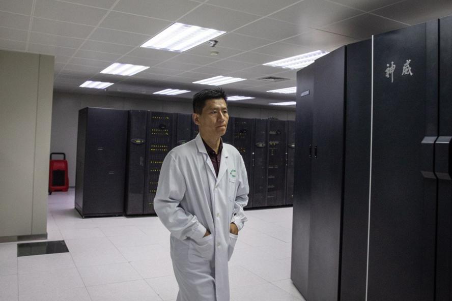 Một nhân viên đi gần các siêu máy tính tại Trung tâm siêu máy tính quốc gia ở Tế Nam, tỉnh Sơn Đông. Ảnh: EPA
