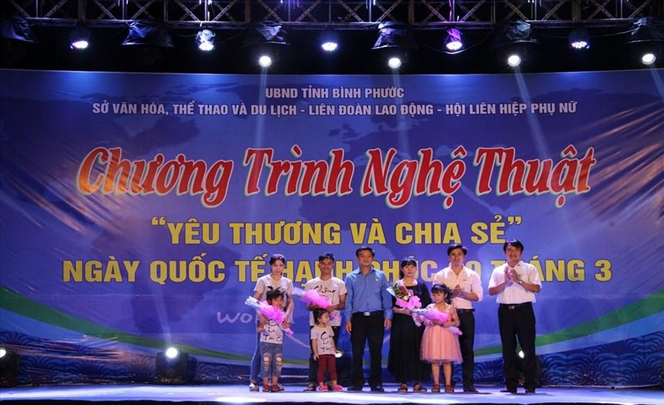 LĐLĐ tỉnh Bình Phước đã biểu dương, khen thưởng các gia đình công nhân tiêu biểu. Ảnh: S.H