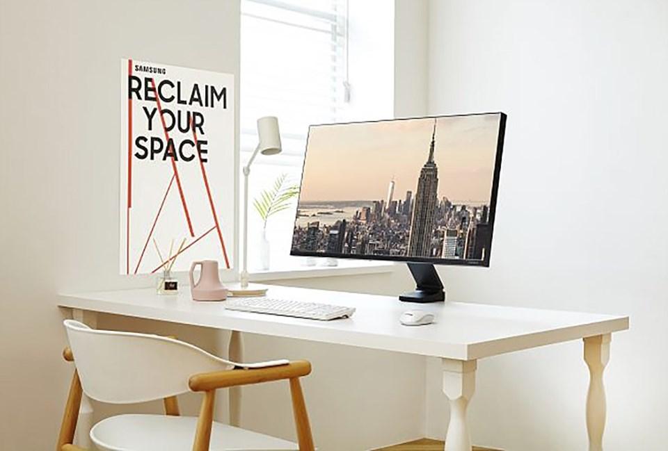 Màn hình Samsung Space với thiết kế linh hoạt giúp giải phóng không gian bàn làm việc.
