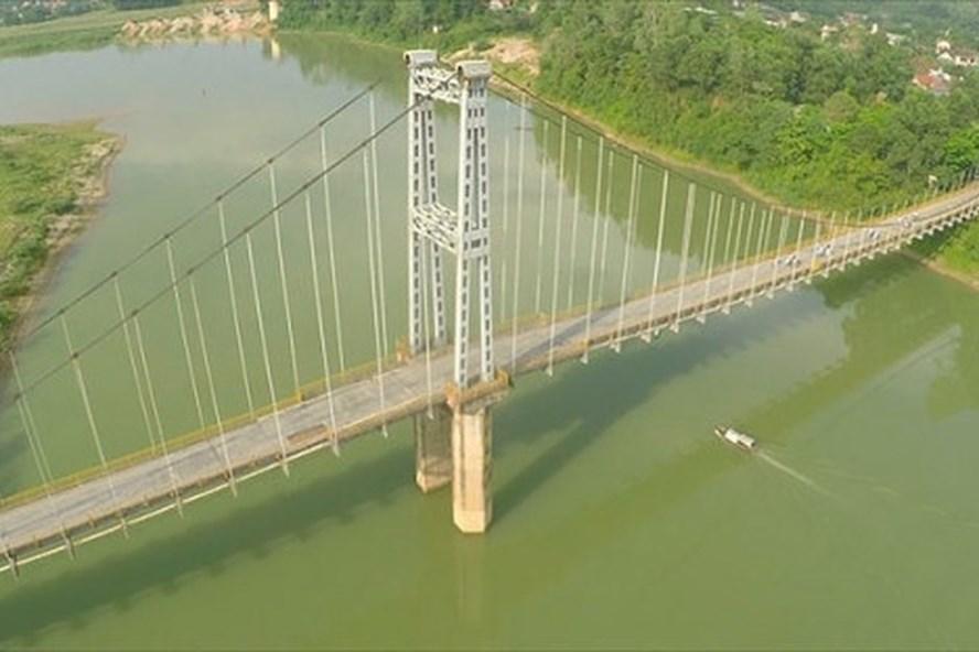 Cầu treo Dùng nơi nạn nhân gieo mình xuống sông Lam - Ảnh: Internet