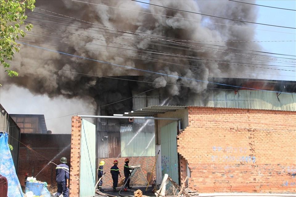 Hỏa hoạn xảy ra tại công ty gỗ thiêu rụi nhiều tài sản, thiệt hại ước tính lên tới hàng tỉ đồng.