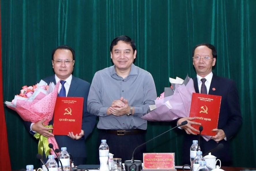 Bí thư Tỉnh uỷ Nghệ An Nguyễn Đắc Vinh trao quyết định và chúc mừng các 2 ông Nguyễn Nam Đình, Bùi Thanh An.