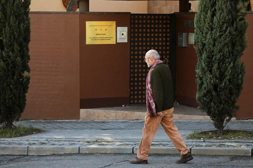 Bên ngoài Đại sứ quán Triều Tiên ở Madrid, Tây Ban Nha. Ảnh: Reuters.