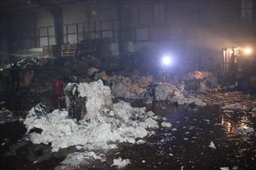 Bông gòn trong nhà xưởng bị cháy nham nhở.