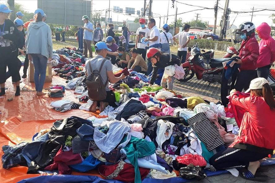 Công nhân mua quần áo 2.000 đồng vừa giúp đỡ các em bệnh nhi lại giảm bớt khó khăn cho mình.  Ảnh: P.V
