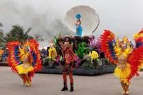 Vũ công nước ngoài  tham gia lễ hội Carnival đường phố biển Sầm Sơn