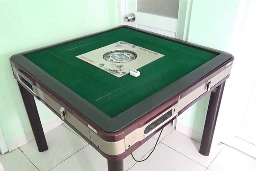 Bàn mạc chược các đối tượng sử dụng đánh bạc thắng thua bằng tiền.