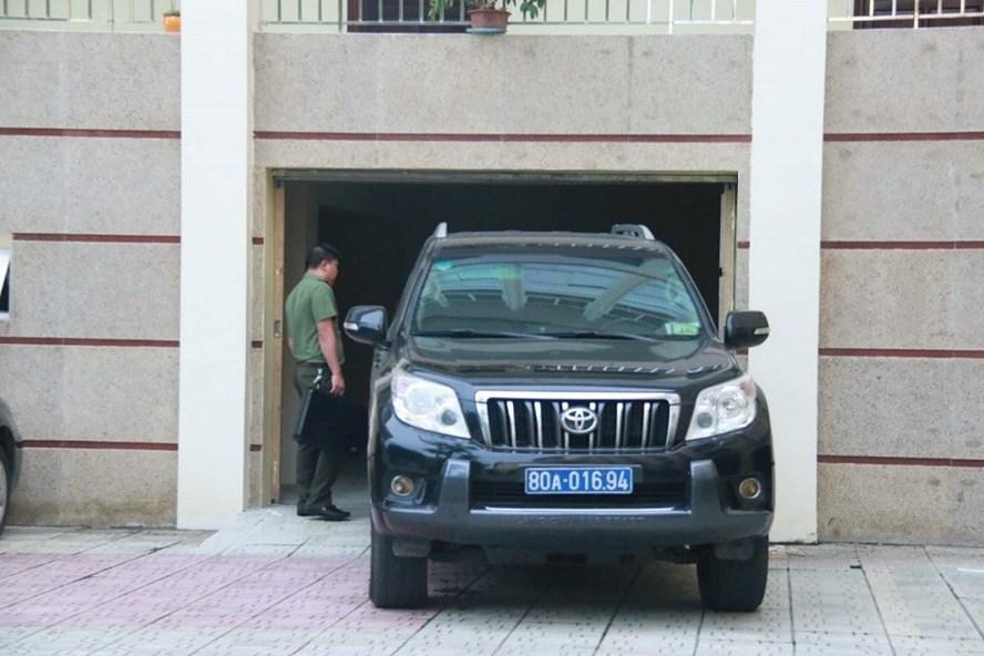Công an điều tra làm việc tại trụ sở Sở GD-ĐT Hòa Bình. Ảnh: Thanh Hùng.