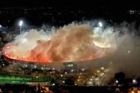 Cả sân vận động sáng rực vì pháo sáng sau chức vô địch của CLB Hy Lạp