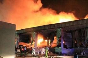 Cháy xưởng gỗ, công nhân nhịn ăn hỗ trợ công ty dập lửa tới đêm