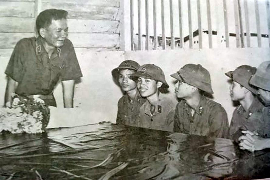 Đồng chí Lê Đức Anh - Tư lệnh Quân khu 9 thăm động viên các chiến sĩ của Tiểu đoàn tăng - thiết giáp, Quân khu 9 tháng 5.1976. Ảnh T.L