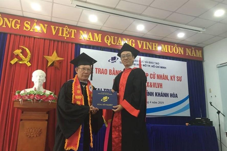 Ông Nguyễn Xuân Thanh nhận bằng ĐH loại giỏi ở tuổi 70. Ảnh: V.T