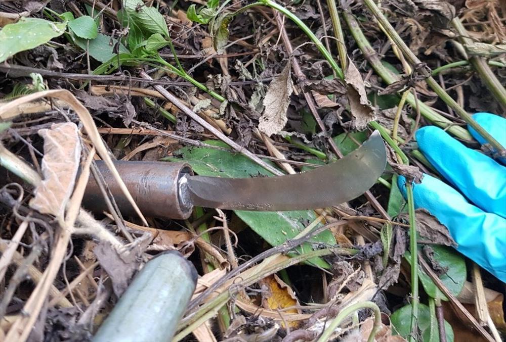Con dao tự chế công an thu giữ cách hiện trường 150m.