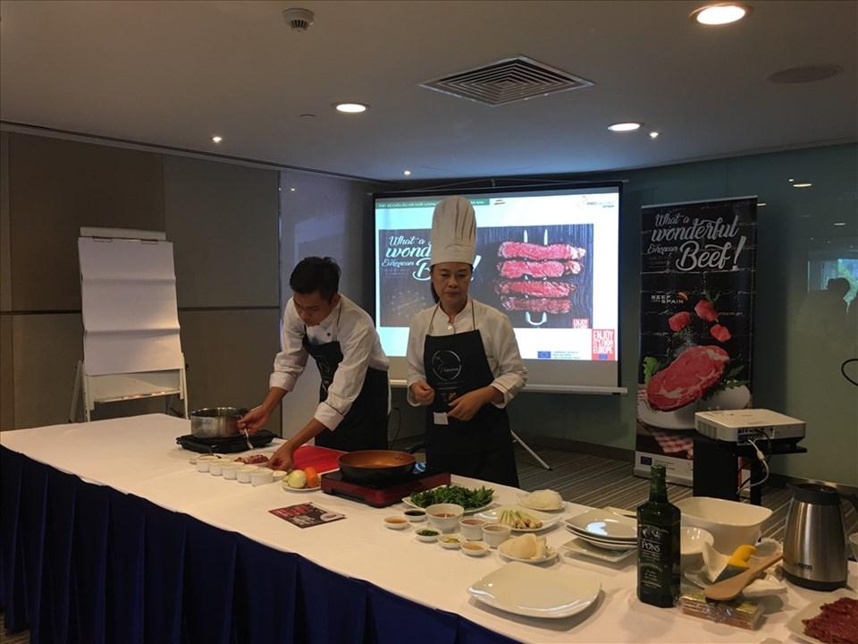Chế biến thịt bò Tây Ban Nha trong bếp Việt.