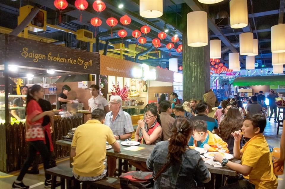 Sense Market thu hút một lượng khách quốc tế rất lớn đến ăn uống nhờ món ăn phong phú với giá mềm và giá niêm yết rõ ràng.