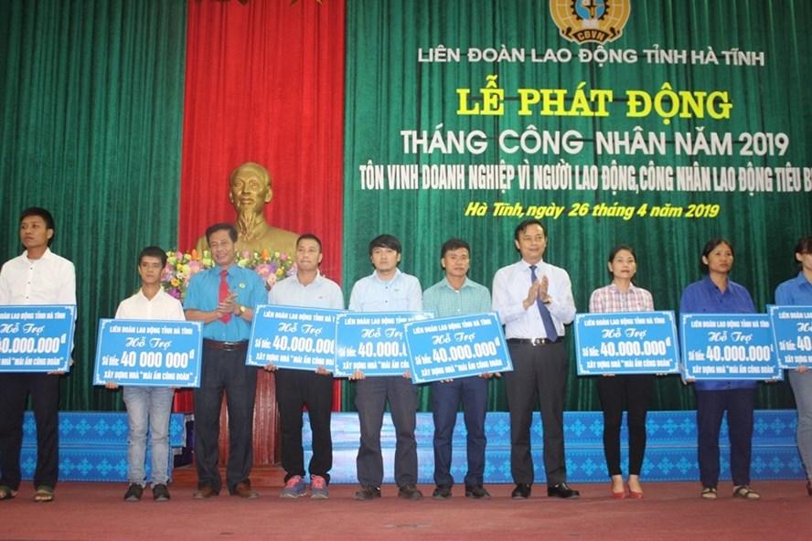 LĐLĐ Hà Tĩnh trao hỗ trợ làm 11 nhà Mái ấm công đoàn tổng số tiền 440 triệu đồng. Ảnh: Trần Tuấn