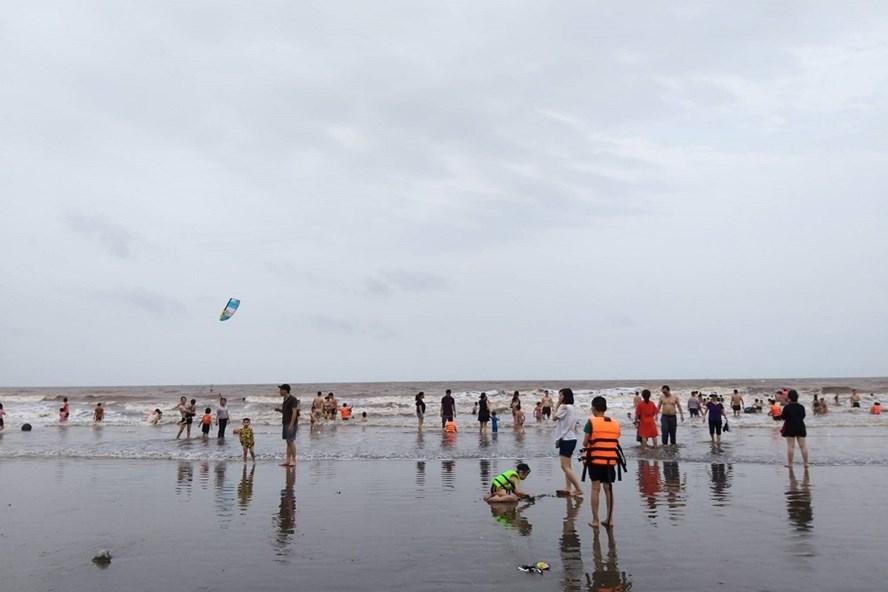 Khách du lịch tắm biển Đồ Sơn, Hải Phòng trong chiều ngày 28.4.