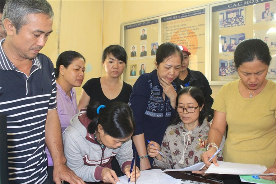 CN đã và đang làm việc tại Cty CP Hòa Việt ký tên vào đơn tại Trung tâm Tư vấn pháp luật. Ảnh: P.V