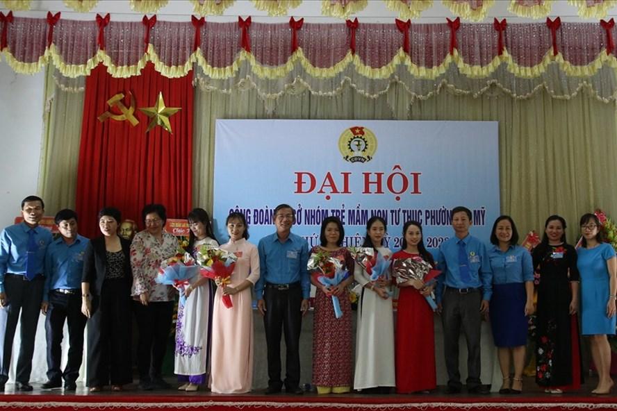 5 đồng chí của Ban Chấp hành Công đoàn Cơ sở Mầm non Tư thục cùng chụp ảnh lưu niệm với các đại biểu. Ảnh: Đ.V