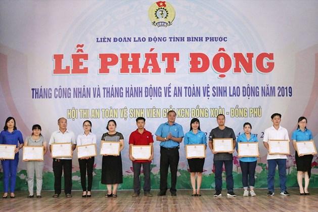 Chủ tịch Liên đoàn Lao động tỉnh Bình Phước Nguyễn Hồng Trà trao bằng khen cho CĐCS có thành tích xuất sắc trong thực hiện công tác ATVSLĐ.