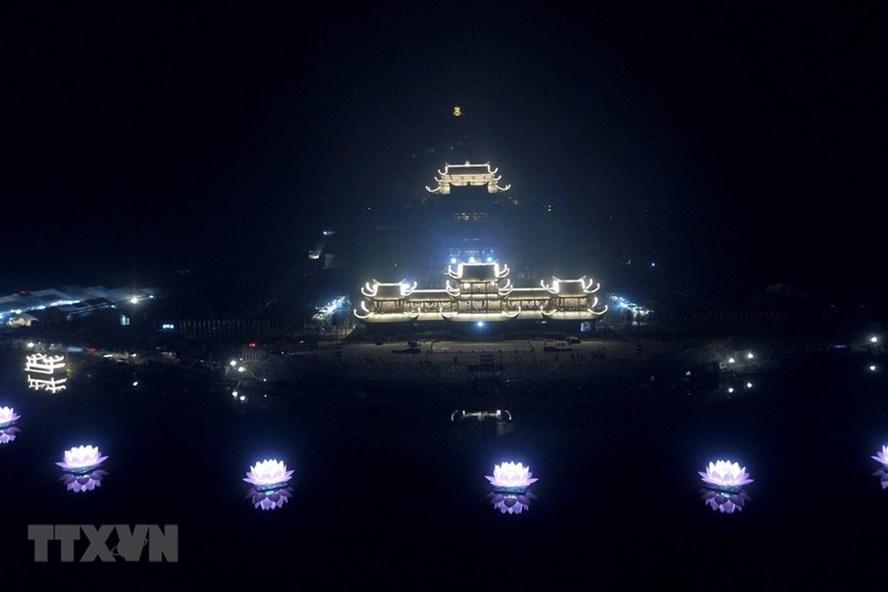 Khai đăng 7 tòa sen trên hồ Tam Chúc. (Ảnh: Thành Đạt/TTXVN)