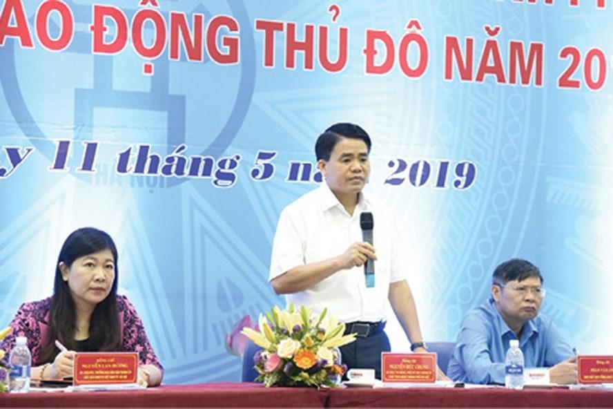 Đồng chí Nguyễn Đức Chung trả lời kiến nghị của CNLĐ, cán bộ CĐ. Ảnh: CÔNG NGUYỄN