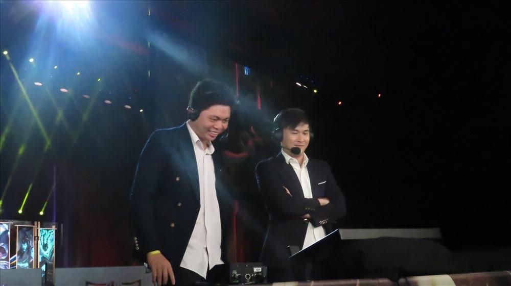 BLV Hữu Trung (trái) và Nguyễn Linh. Ảnh: Việt Hùng.