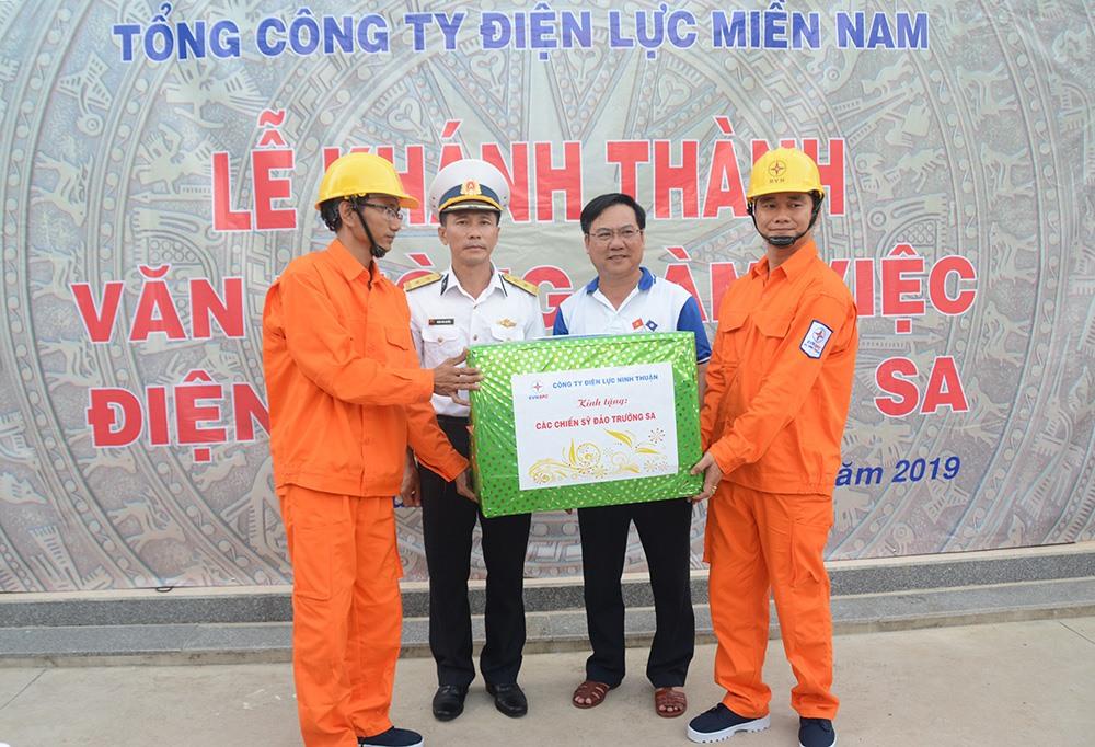 Nhân dịp này lãnh đạo EVN tặng phần quà cho quân dân huyện đảo Trường Sa (Khánh Hòa). Ảnh: EVN