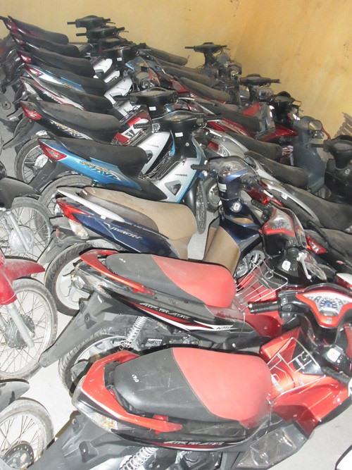 Hình ảnh các xe máy được mang bán sang Campuchia, nhưng bị bắt giữ, đang nằm trong kho một đồn biên phòng. Ảnh: B.P