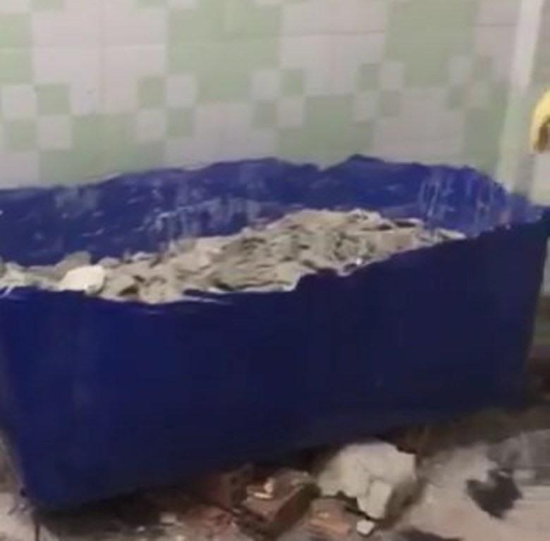 Sau khi chồng đủ 1,6 tỷ, khoảng 18h ngày 15.5, ông H đến dọn dẹp nhà để ở.  Trong lúc thu dọn căn nhà thì phát hiện một thi thể trong thùng nhựa đổ bê tông ở buồng ngủ nên đã báo công an.