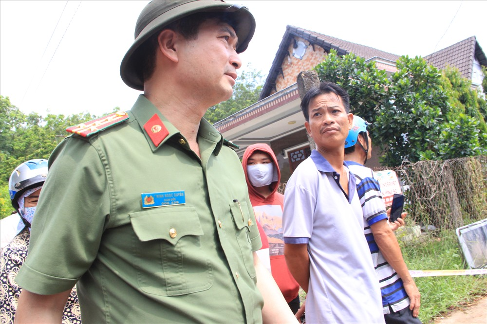 Xác định đây là vụ án mạng nghiêm trọng, 14h ngày 16.5, đại tá Trịnh Ngọc Quyên – GĐ công an tỉnh Bình Dương cũng trực tiếp xuống hiện trường chỉ đạo công tác điều tra phá án.