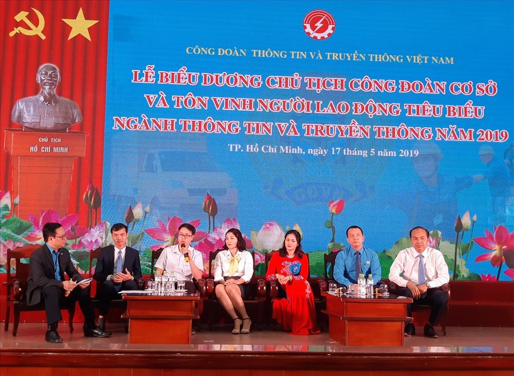 Các Chủ tịch CĐCS, NLĐ tiêu biểu giao lưu tại hội nghị. Ảnh Nam Dương