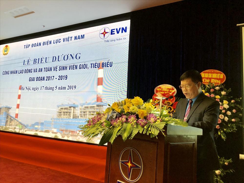 Chủ tịch Công đoàn Điện lực Việt Nam Khuất Quang Mậu phát biểu tại buổi lễ. Ảnh: N.L