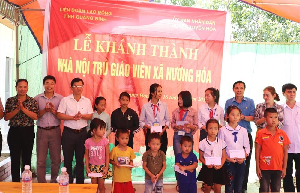 LĐLĐ tỉnh Quảng Bình trao học bổng cho học sinh có hoàn cảnh khó khăn. Ảnh: CĐ.
