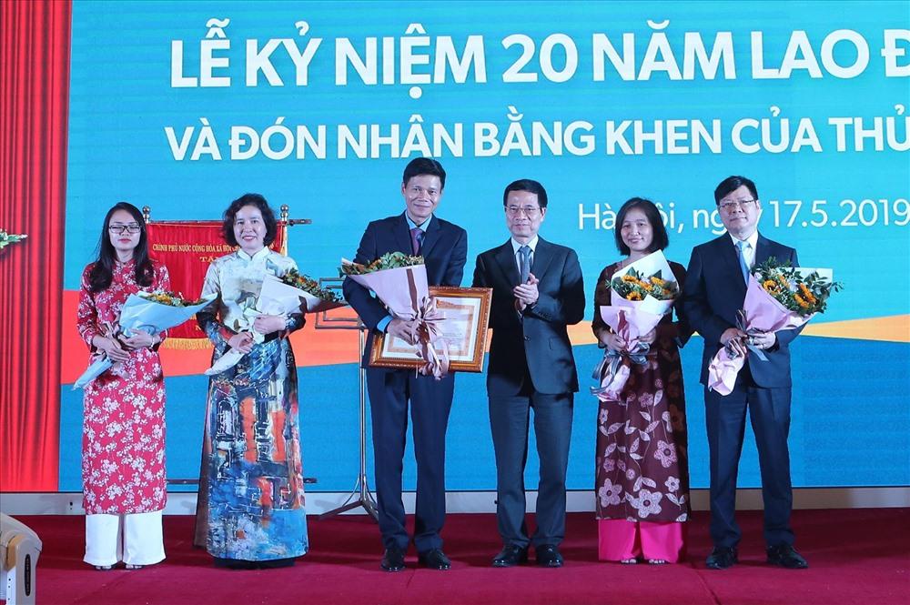 Bộ trưởng Bộ TTTT Nguyễn Mạnh Hùng trao Bằng khen của Thủ tướng Chính phủ cho tập thể Báo Lao Động. Ảnh: Sơn Tùng