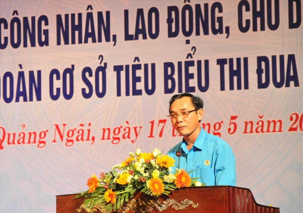 Đồng chí Trần Quang Tòa - Chủ tịch LĐLĐ tỉnh Quảng Ngãi - phát biểu tại buổi lễ. Ảnh: Hà Phương