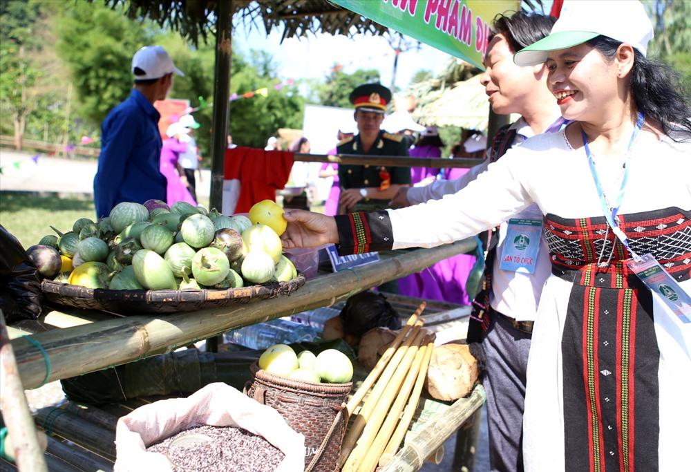 Loại cà xanh cũng được nhiều người chọn mua, bởi được người đồng bào trồng trên nương rẫy, cà rất giòn và chế biến được nhiều loại món ăn. Ảnh: Hưng Thơ.