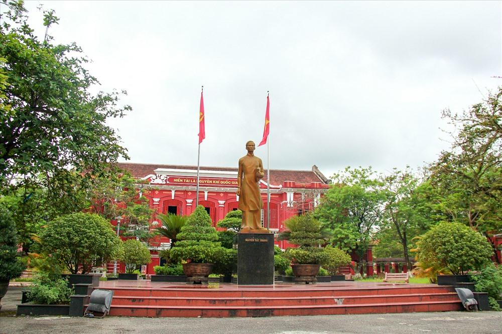 Trường Quốc Học Huế (đường Lê Lợi , TP. Huế).