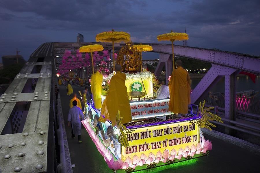 Đặc biệt, đi đầu đoàn rước Phật là những chiếc xe kết đèn hoa lung linh, rực rỡ diễn tả các điển tích của Phật Đản, gia đình Phật, Phật hiển linh… diễu hành qua các con đường tại TP Huế để người dân cùng chiêm bái.