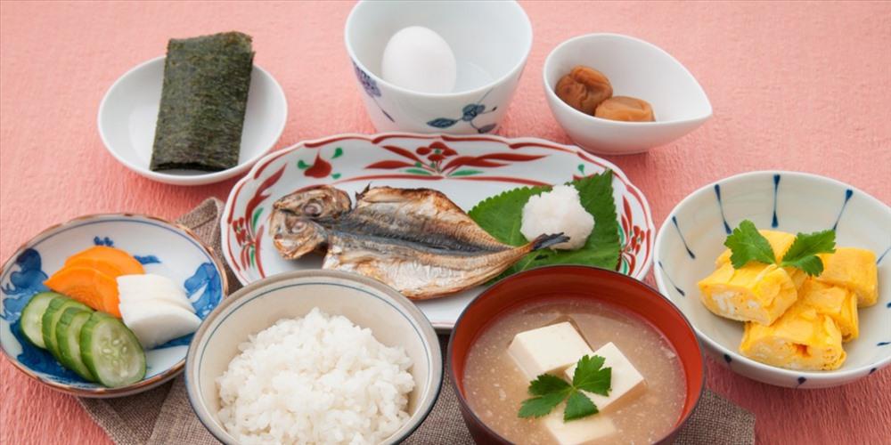 sáng truyền thống của người Nhật với cơm, cá và các món ăn kèm. 6/
