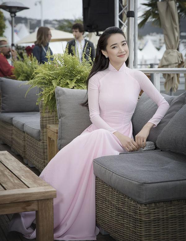 Cũng xuất hiện tại Liên hoan phim Cannes 2018, Nhã Phương lựa chọn bộ áo dài hồng trơn. Bộ áo dài tưởng chừng đơn giản nhưng cũng giúp bà xã Trường Giang thu hút được sự chú ý giữa dàn mỹ nhân quốc tế váy áo lộng lẫy.