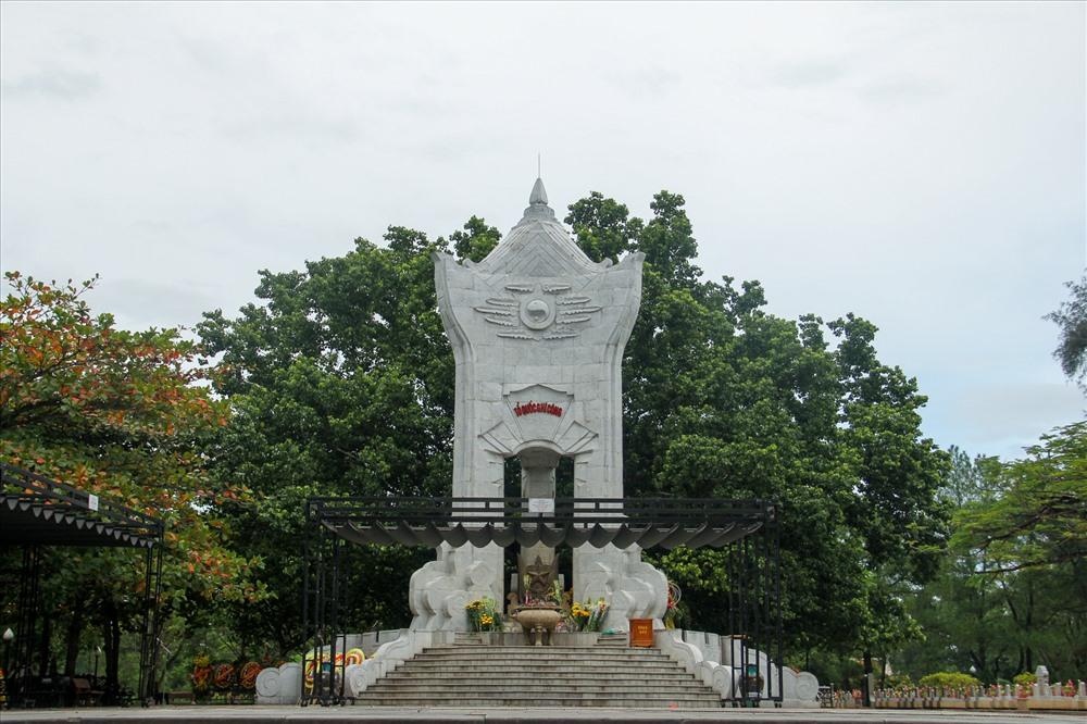 Khu vực 1 là trung tâm hành lễ với chính giữa là tượng đài xây theo thế hình chân kiềng nói lên tình đoàn kết chiến đấu của ba nước Việt Nam, Lào, Cam Pu Chia cũng như ba miền Bắc, Trung, Nam.