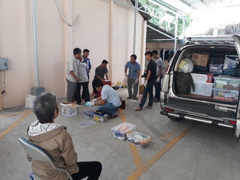 Công an khám xét xe ô tô của nhóm người bị tạm giữ.