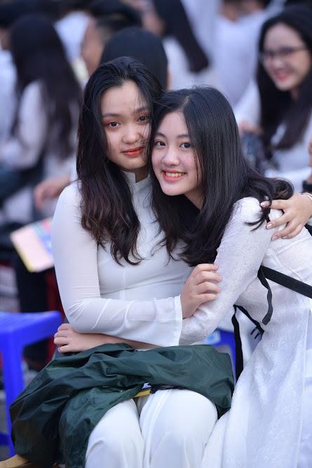 Vào ngày lễ đặc biệt này, nữ sinh ngôi trường lâu đời nhất Hà Nội đã xúng xính áo dài để cùng nhau lưu giữ những kỉ niệm dưới mái trường sau 3 năm gắn bó.
