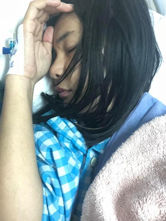 Hình ảnh Cát Phượng nằm bất tỉnh trong bệnh viện được người em chụp lại. Ảnh: FBNV.