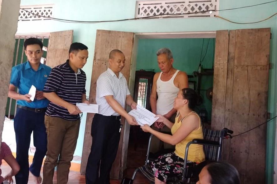 LĐLĐ huyện Tân Lạc trao hỗ trợ cho chị Bùi Thị Thợi.