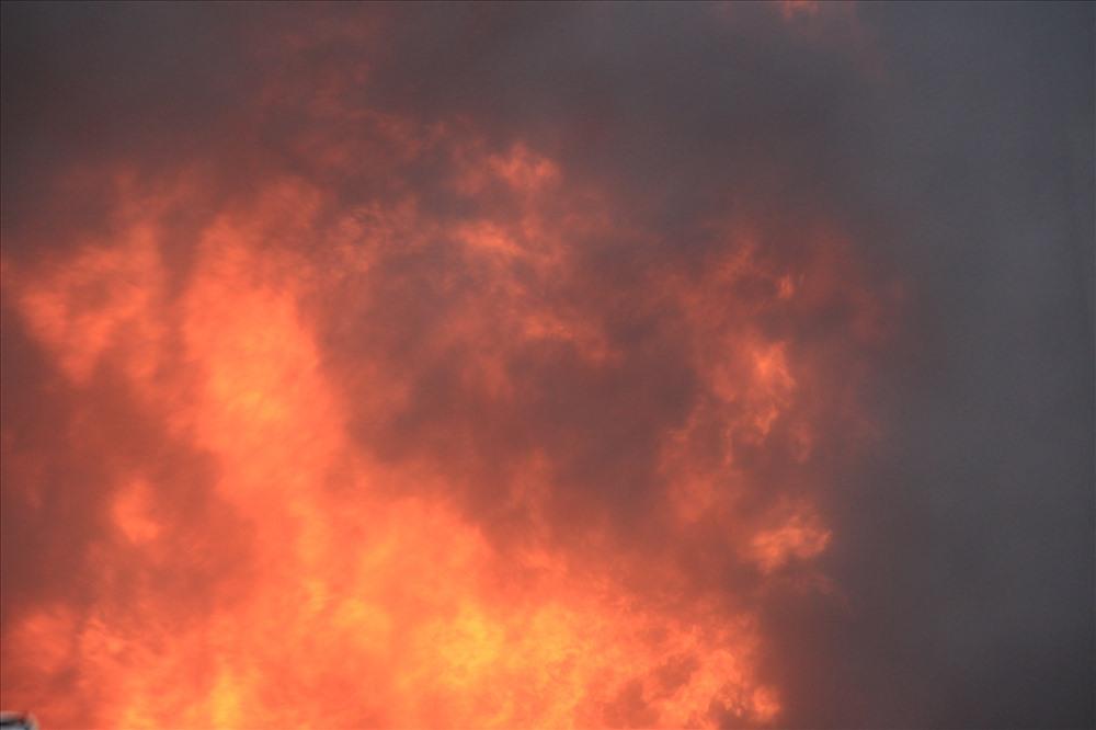 Do công ty chứa nhiều vật liệu dễ cháy và hóa chất nên đám cháy kèo dài nhiều giờ liền mới được khống chế.