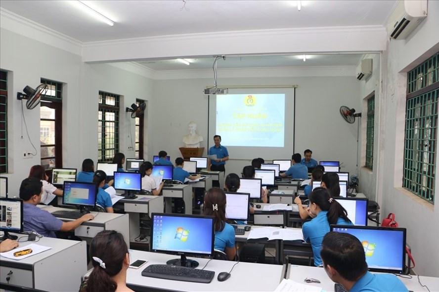 Đồng chí Nguyễn Mạnh Cương - Chủ tịch LĐLĐ tỉnh Hòa Bình - phát biểu tại hội nghị tập huấn.