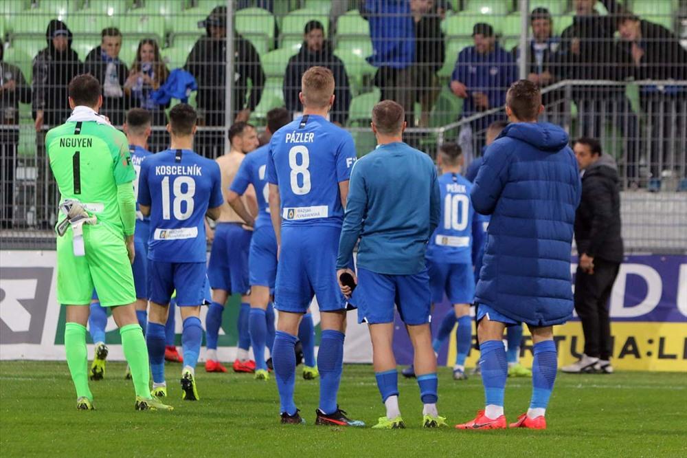 Họ của bố được Filip Nguyễn in trên lưng áo đấu. Ảnh Slovan Liberec